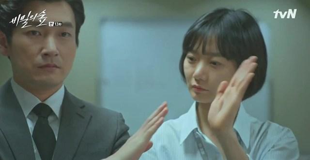 Cho Seung-woo y Bae Doona e en una escena de Stranger 2017
