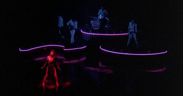 Diane Lane cantando en 'Calles de Fuego'