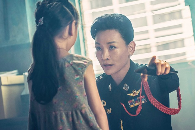 Joan Chen interrogando a la hija de la famlia (Sheep without a shepherd)