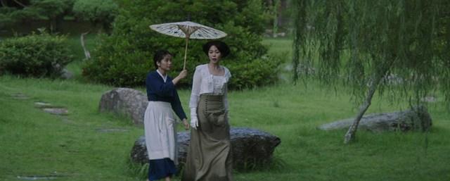 Kim Tae-ri y Kim Min-hee bajo la lluvia en 'La Doncella', de Park Chan-wook.
