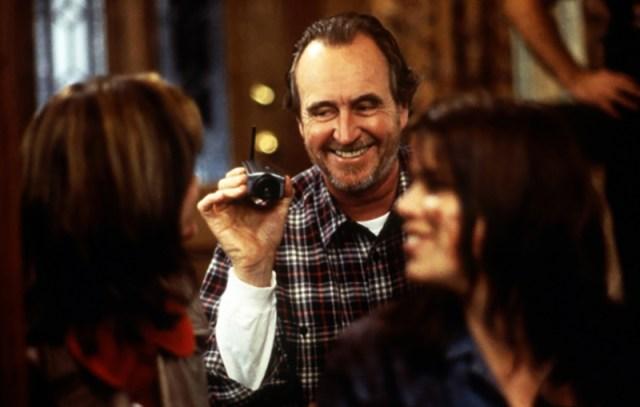 Wes Craven, Courtney Cox y Neve Campbell en el rodade de Scream 1996