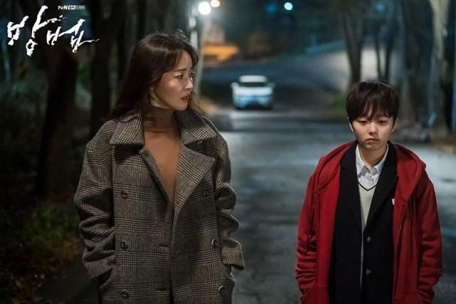 Las actrices Uhm Ji-won y Hyun Seung-min en una escena de The Cursed