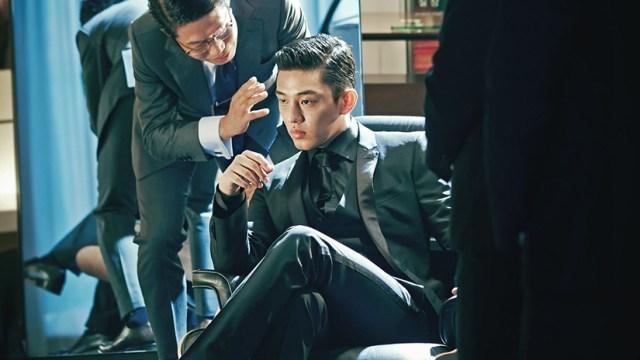 Yoo Ah-in en una escena de Por encima de la ley, de Ryoo Seung-wan.