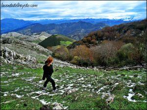 Una vez traspasada la pinda pared, nos toca caminar unos metros por encima del hayedo hacia el norte