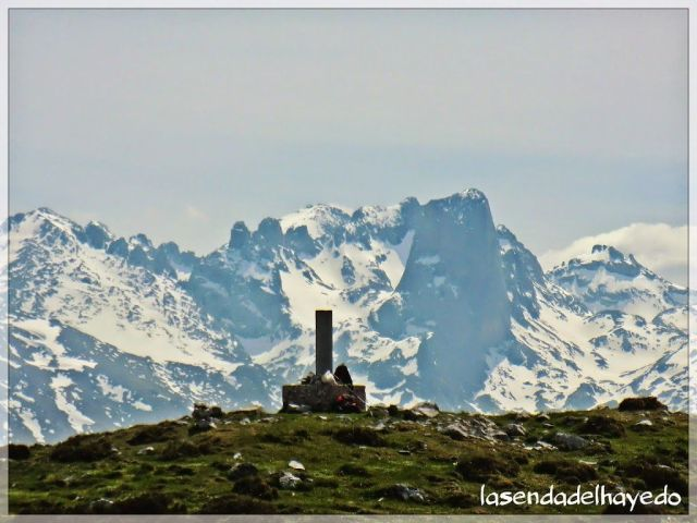 Cumbre de Turbina. Al fondo el Pico Urriellu, señor de Picos de Europa