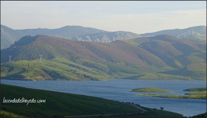 El río Casares embalsado en su cabecera glacial, reunión de los numerosos arroyos de Casares y Cubillas.