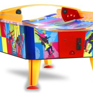 """Airhockeytisch """"Skate"""" mit leicht gebogener Oberfläche. Gibt dem Spiel eine interessante Note durch gebogene Flugbahnen des Pucks und bessere Ergonomie für die Spieler."""