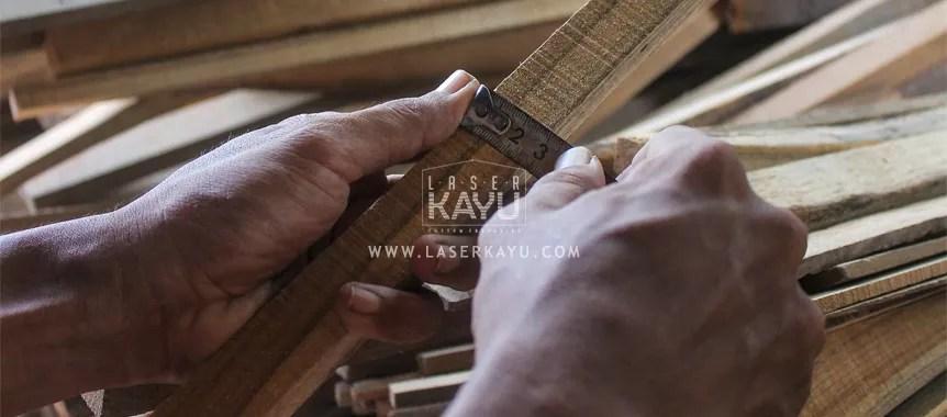 Perajin Souvenir Gift kayu jati untuk Perusahaan Fashion Adidas Indonesia dibuat oleh Industri Kreatif Laser Kayu Jepara Indonesia