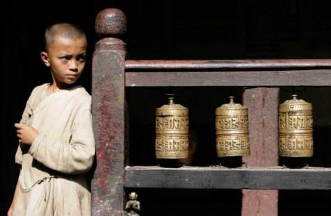 Joven sacerdote en el Hiranya Varna Mahivihara (Golden Temple), Patán