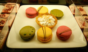 Macarons, tartelette, mousse aux fruits rouges