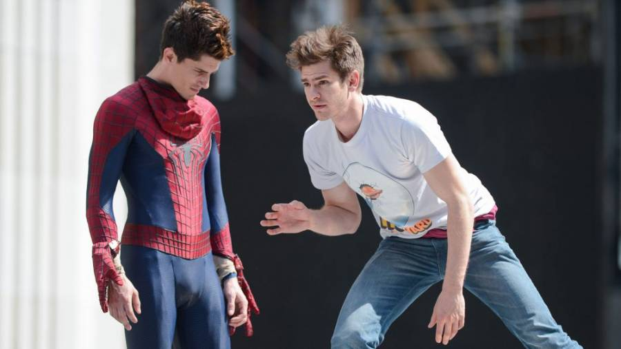 Andrew Garfield donnant quelques indications à sa doublure.