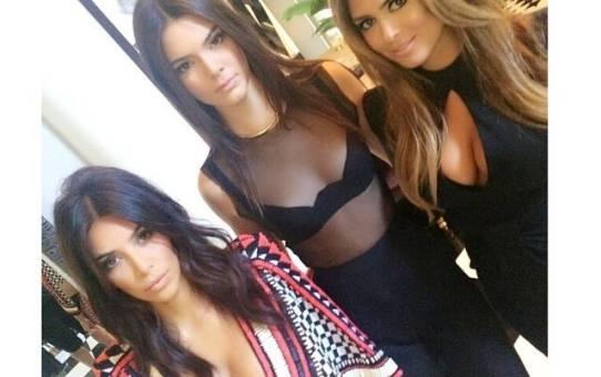 Kim Kardashian, su hermana Kendall Jenner y Carla DiBello en los MTV VMA 2014