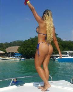 Paola Usme y sensual bikini azul