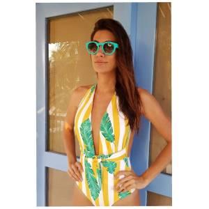 Andrea Serna en vestido de baño amarillo