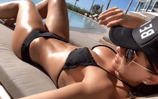Carolina Cruz en vestido de baño en Miami