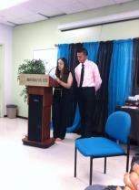 Compañeros de escuela leyendo un poema de otro estudiante, quien ha sido aliado literario de Darangely.