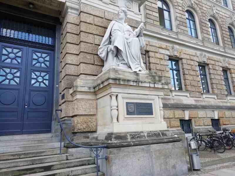 Eingangsfigur zum Landgericht