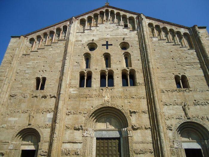 Fachada de San Miguel de Pavía.