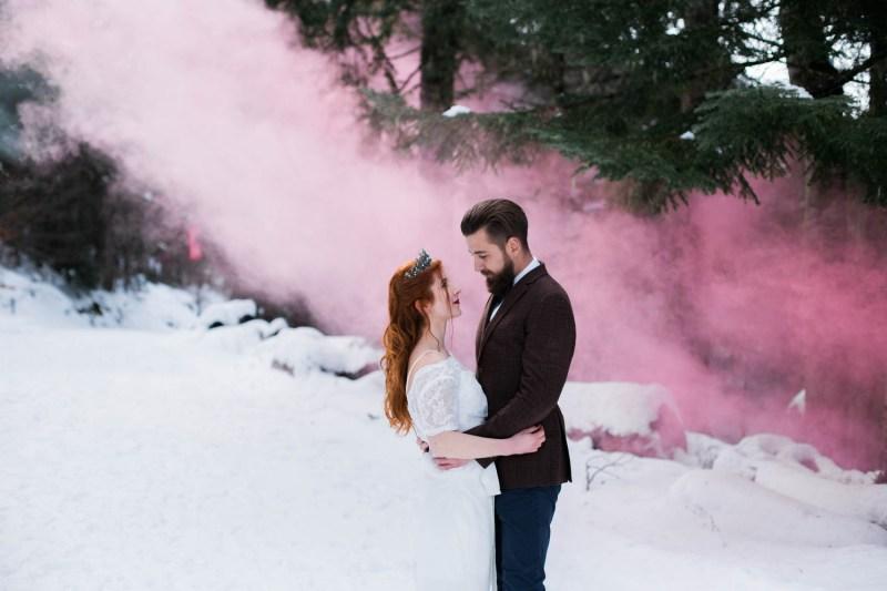 Mariés avec un fumigène rose