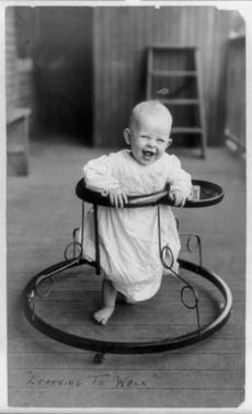 Niño en andador