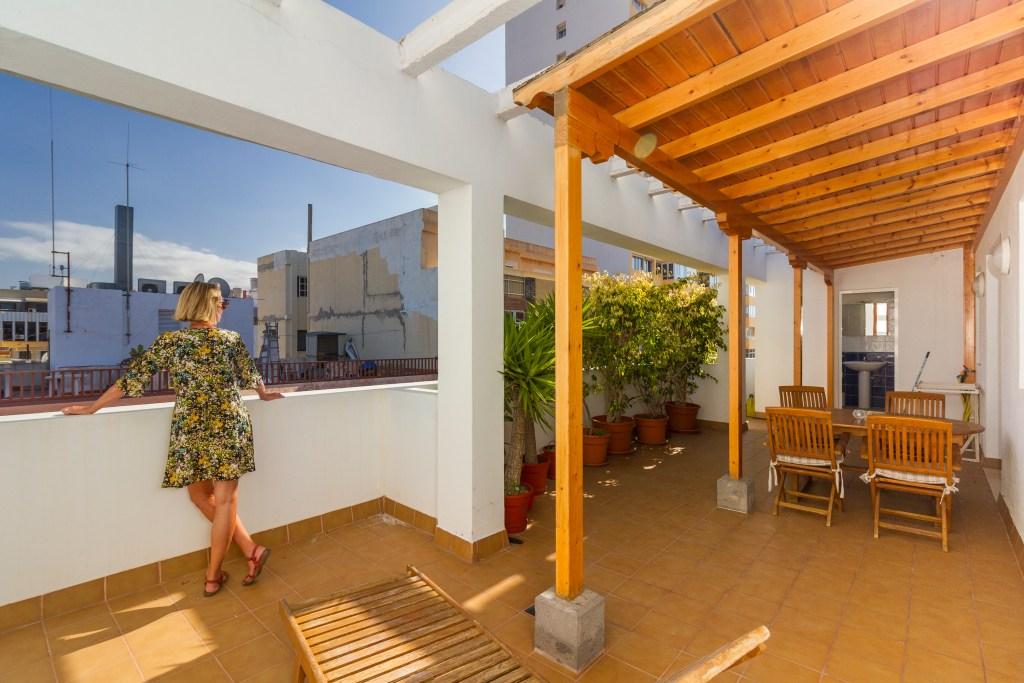 For sale: Two-bedroom top-floor apartment in Las Palmas de Gran Canaria with huge, sunny terrace