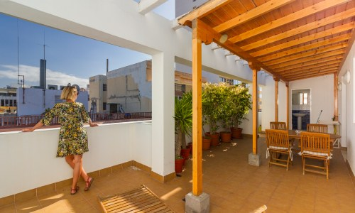 For sale: Two-bedroom top-floor apartment in Las Palmas de Gran Canaria with huge, sunny terrace