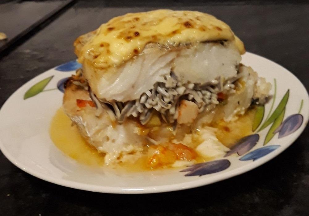 Merluza rellena cony salmón y gulas