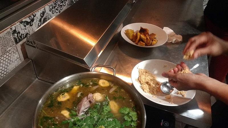 Nos colamos en las cocinas del Restaurante Circus y aprendemos a cocinar un Sancocho de la mano de su Chef, Marina, una joven dominicana que estudió cocina en Milán, y nos enseña su receta tradicional familiar.
