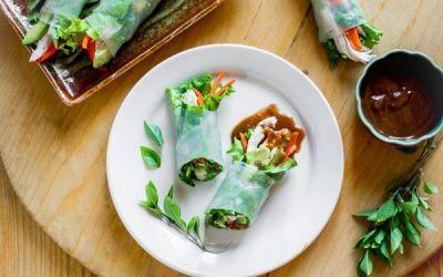 Rollitos de primavera de aguacate y pavo con salsa de maní Hoisin