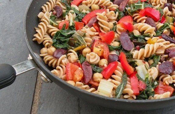 Pasta con verduras, garbanzos y aceitunas