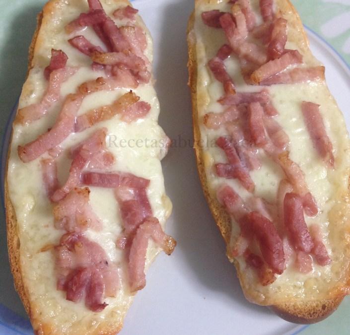 Paninis caseros de queso y bacon