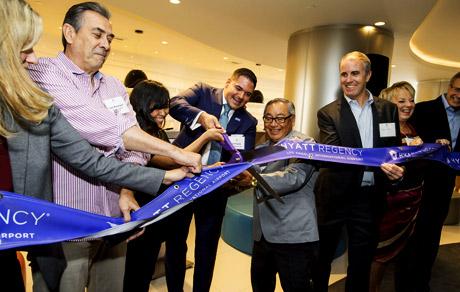 Managing Director Jeff Rostek doing the ribbon cutting!