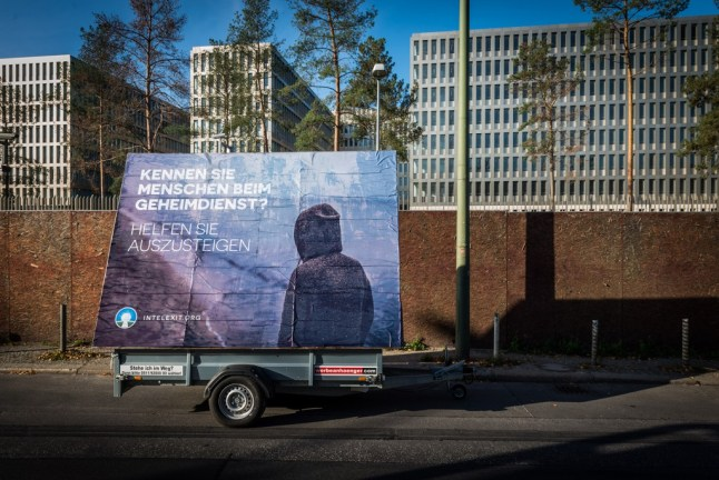 """Ansicht eines Plakataufstellers des Aussteigerprogramms """"Intelexit"""" des Peng! Collective vor der Zentrale des BND, 2015"""