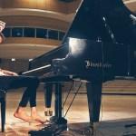 Peter Bence spielt Africa von Toto auf dem Klavier