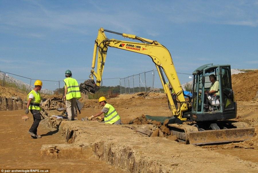 Lavori di scavo intorno al vasto ritrovamento