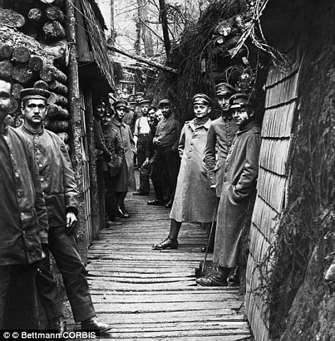 Soldati tedeschi posano per una foto che dimostra la struttura interna della trincea