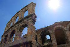 """L'Arena vista dalla sua famosa """"ala"""", ovvero le quattro arcate superstiti della facciata esterna"""