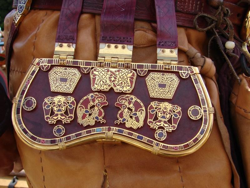 La ricostruzione del borsello indossato alla cintura (Paul Mortimer)