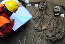 Un cimitero del V secolo d.C. sotto la Galleria degli Uffizi a Firenze. E' stato scoperto nel corso degli scavi per i lavori di ampliamento del museo. L'antico cimitero si trova sotto la Biblioteca Magliabechiana, 12 febbraio 2014. Sono stati trovati una sessantina di scheletri sepolti. ANSA/MAURIZIO DEGL' INNOCENTI