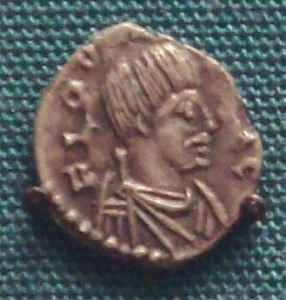 """Moneta di Odoacre, coniata a Ravenna nel 477. Notare i baffi """"barbarici""""."""
