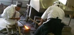 Forgiatura in tempi attuali (si... vengono ancora forgiate come si faceva una volta). L'abbigliamento del fabbro è quello del monaco shintoista poiché sta eseguendo un rito sacro.