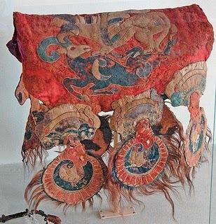 Sella decorata in feltro, rinvenuta in una delle tmbe e simile a quelle riprodotte sul tappeto