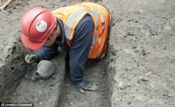 Un archeologo recupera uno dei teschi di periodo romano