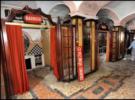 Alcune botteghe del Bagno Diurno Metropolitano di Piazza Oberdan a Milano: