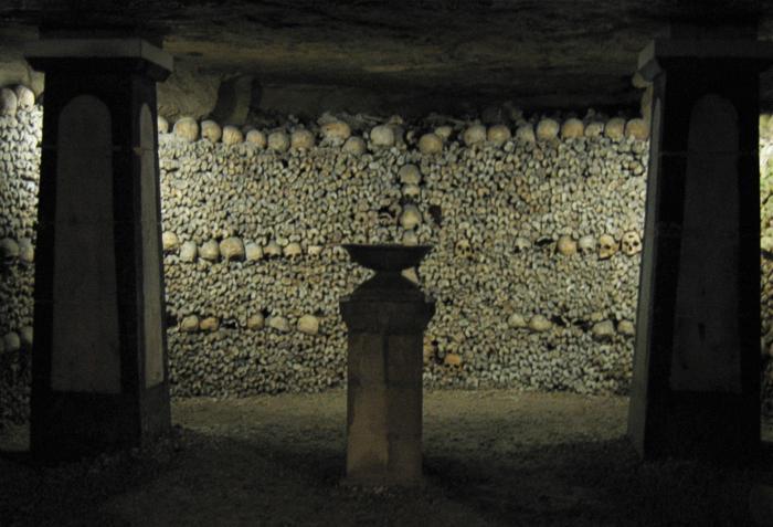 """""""Cripta della lampada sepolcrale nelle catacombe parigine"""" immagine caricata in origine da MykReeve di Wikipedia in inglese - Trasferito daen.wikipediasu Commons.. Con licenza CC BY-SA 3.0 tramite Wikimedia Commons"""