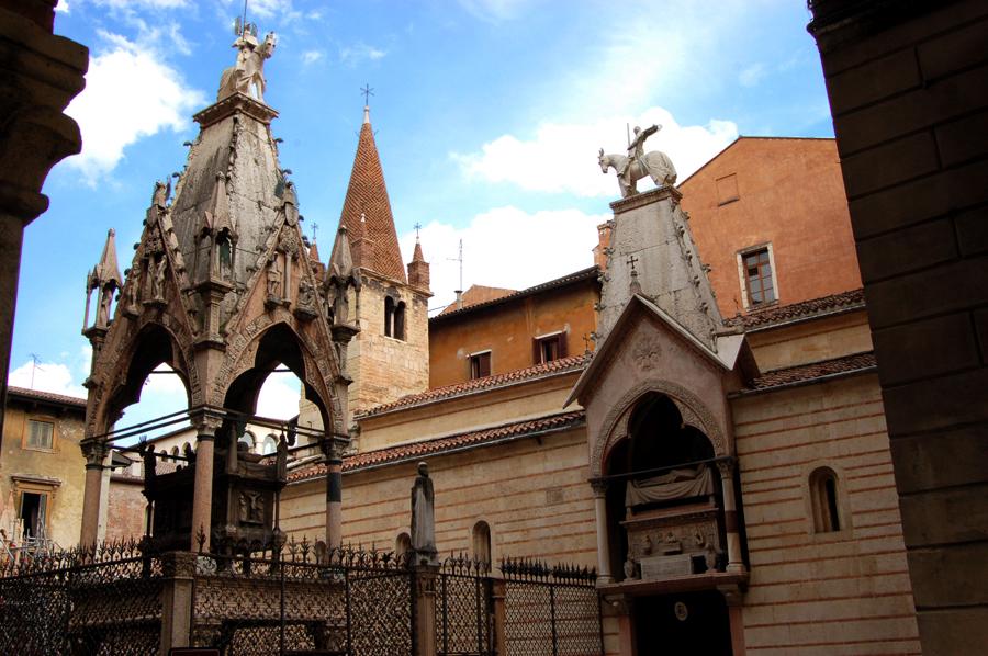 Facciata laterale di Santa Maria Antica con l'arca di Cangrande. La cappella scaligera sorse nel 1185 sui resti della cappella longobarda del VII secolo, dopo la sua distruzione a causa del devastante terremoto del 1117