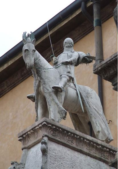 Statua equestre sormontante l'arca a Santa Maria Antica (Foto: La Storia Viva)
