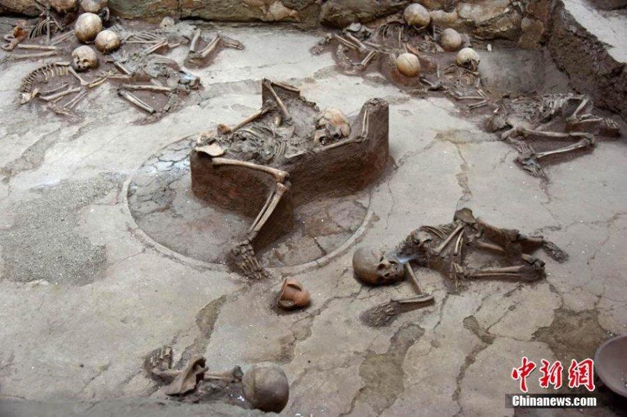 I resti ben conservati mostrano i momenti finali dei defunti prima di un devastante terremoto che ha colpito il paese