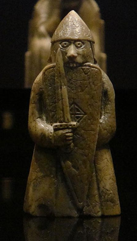 Warder (guardiano) o Rook (torre) del set di scacchi di Lewis (Foto: Wikipedia)