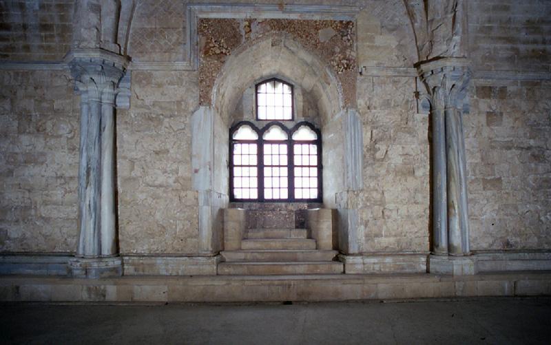 L'unica trifora di Castel del Monte nella sala del piano superiore rivolta a Nord. (foto: web)